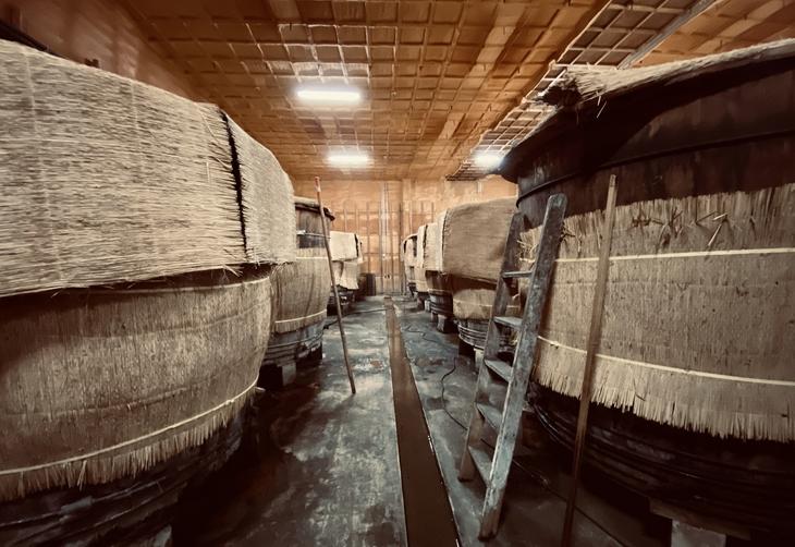 西日本最大級の大木桶が並ぶ九重雑賀お酢蔵